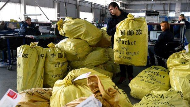Экстремальная бандероль — украинцам объяснили, можно ли заразиться коронавирусом из китайских посылок