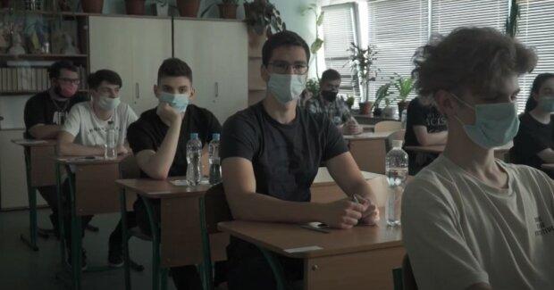 Киевские школьники сядут за парты 1 сентября, но есть неприятный нюанс