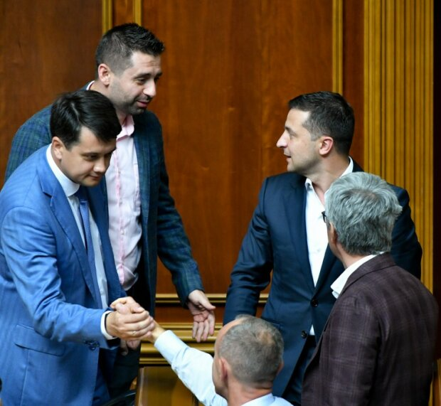 "Зеленський наблизився до ""дна Порошенка"", Романенко б'є на сполох"