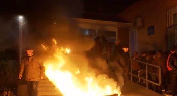 Підлітка жорстоко закатували у Прилуках, вигадавши банальну відмовку: поліцейська дільниця у вогні, народний гнів потрапив на відео
