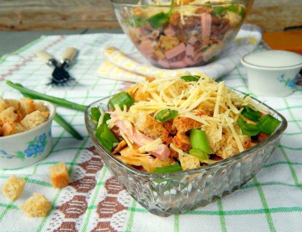 Салат с сыром и сухариками: рецепт, который идеально дополнит каждый стол