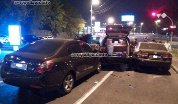 В Киеве пьяный водитель разбил на встречке шесть иномарок (фото)