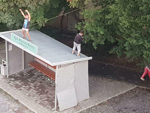 """В Мукачево дети уничтожали остановку, фото телеграмм-канала """"Безопасный город Мукачево""""."""