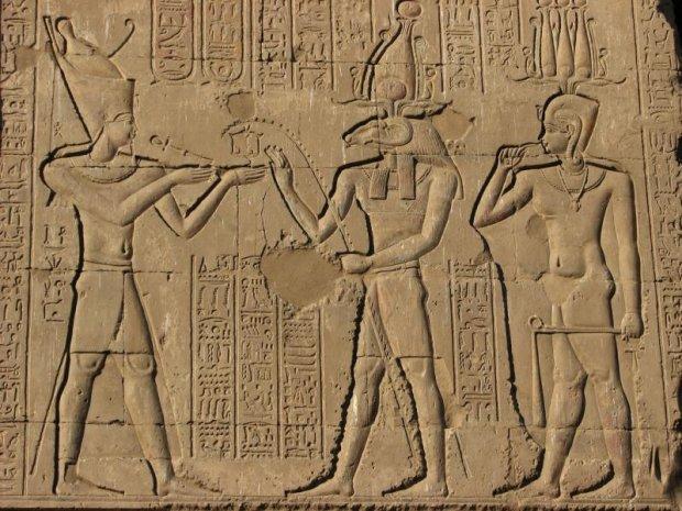 Виник з хаосу в образі змія: археологи знайшли найдавніші письмена про Бога