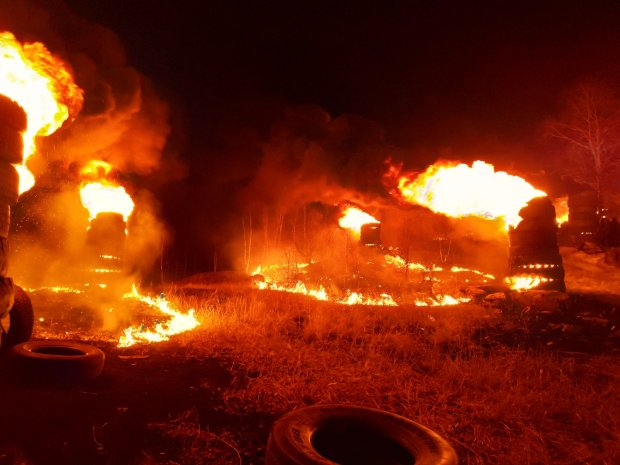 В Киеве подожгли дом ромов: видео с места пожара