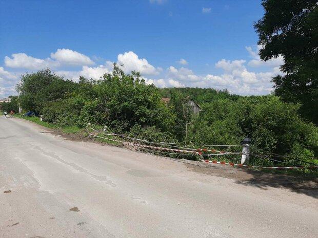 На Тернопольщине  дорога превратилась в поле боя – все рушится и сползает в пропасть