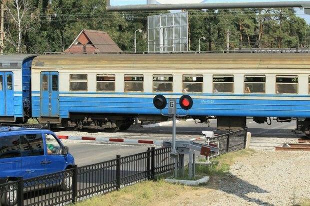 Смерть зазирнула в очі: у Львові водій автобуса з дітьми ледь не заїхав під потяг, фото фатальних секунд