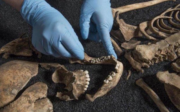 Скелети, звалені в купу: археологи в окупованому Криму наткнулися на моторошне поховання