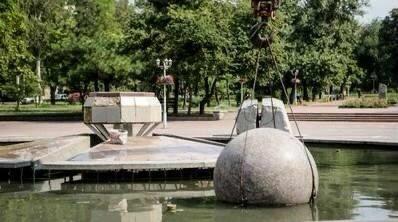 """Запоріжанин влаштував """"баньку"""" в міському фонтані: """"Вдома воду відключили?"""""""