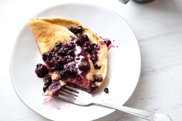 Сладкий омлет с черникой: интересный рецепт для завтрака