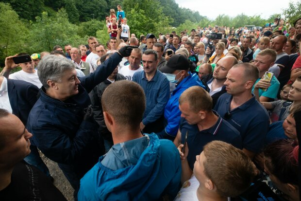 """Порошенко примчался в затопленное Прикарпатье, украинцы вспомнили все 5 лет """"по-новому"""" - """"Гетьман Петро Мародерович"""""""