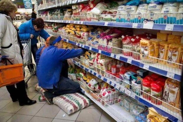 """Украинец купил в АТБ """"максимально сырные сардельки"""": разрезал, а там..."""