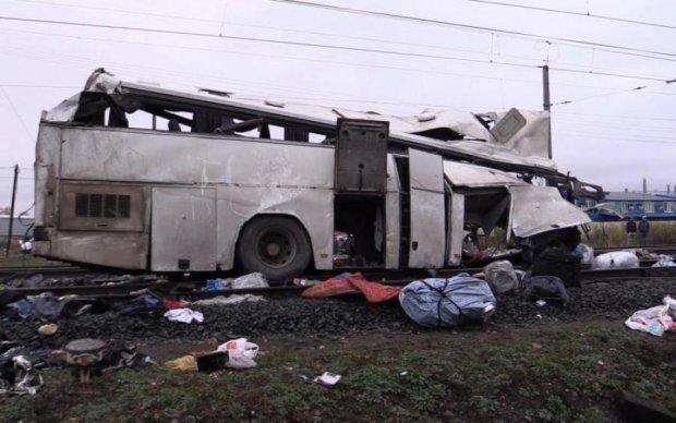 Не проскочил: поезд разнес переполненный автобус, есть жертвы