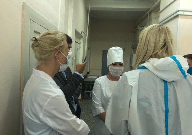 Поліція заявила про наявність у крові Навального смертельної отрути, лікарі все заперечують
