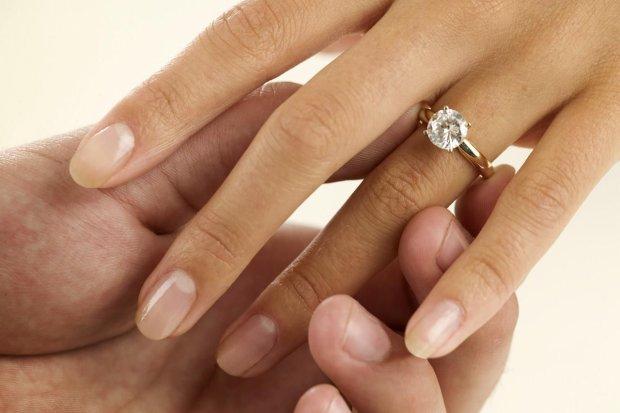 Перстень з діамантом