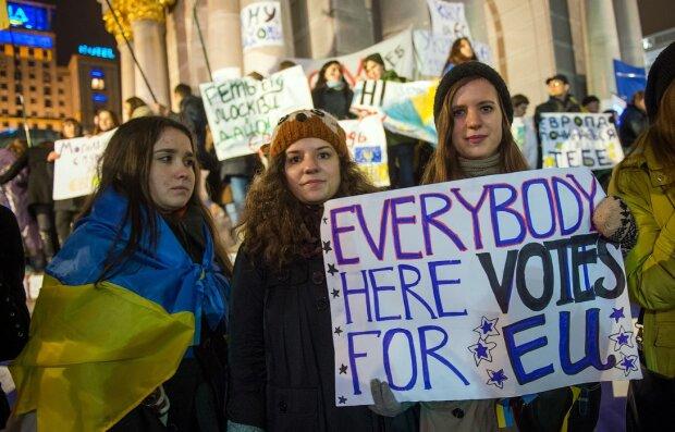 """Студенты вышли на Майдан против президента, тысяча человек ночевала на холодном граните: """"Началась Революция Достоинства"""""""