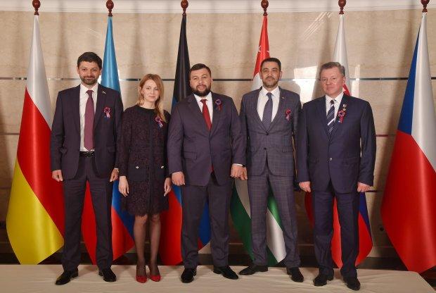Путинские подстилки празднуют только им известный праздник: приехали на Донбасс
