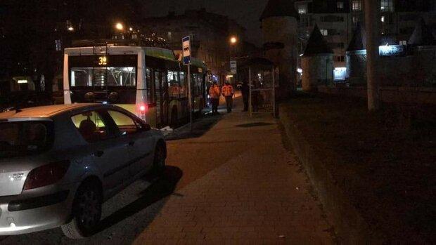 """У львів'янина відмовило серце у тролейбусі, очевидці пополотніли: """"Помер?"""""""