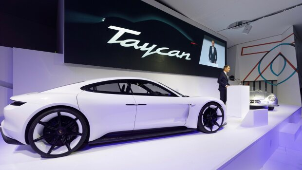 Porsche выпустила первый электрокар: футуристический салон, мощный двигатель и другие особенности