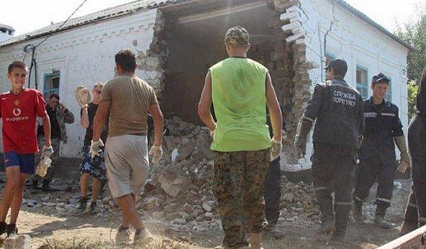 Маріупольці розбирають завали від обстрілу в Сартані (фото)