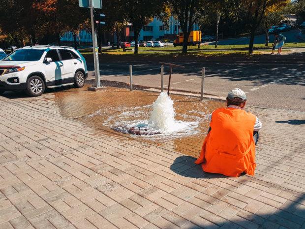 """Днепрян искупали прямо на улице, хочешь не хочешь - лезь """"под душ"""": мокрые кадры"""