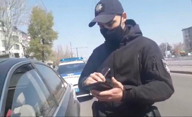 """У Києві автівку """"роззули"""" під поліцейським відділком, поки копи спали"""