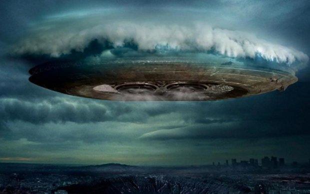 Очевидець зафільмував гігантську літаючу тарілку