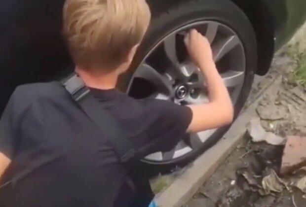 Школьники снимают колпачки с колес, кадр из репортажа Джедаи: YouTube