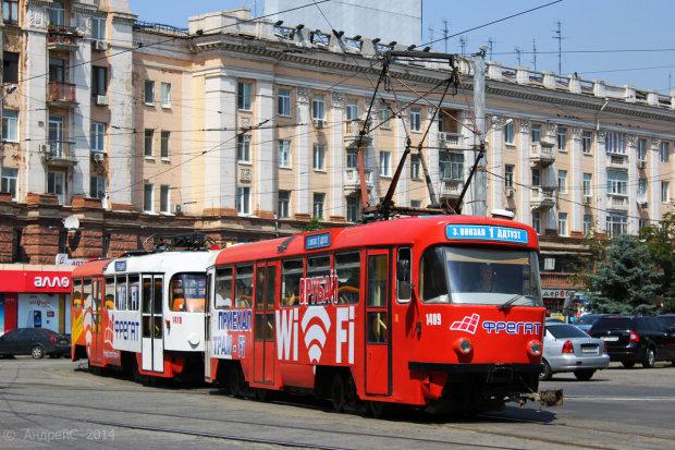 В Днипре останки пенсионерки третий день лежат на трамвайных рельсах: фото 18+