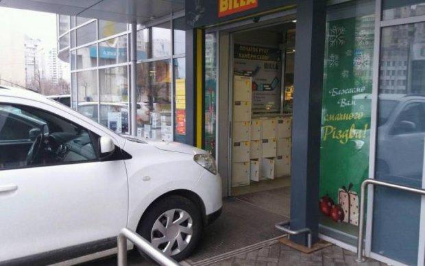 """Сразу два """"имбецила парковки"""" испортили жизнь киевлянам"""