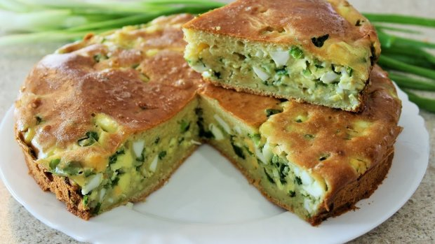 Швидкий рецепт заливного пирога з зеленою цибулею і яйцем