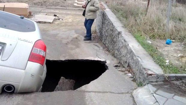 В центре Днепра иномарка провалилась в преисподнюю: жуткие кадры