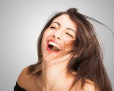 Дівчина сміється