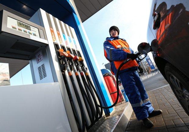 """Военное положение и бензин: к Новому году украинцев осчастливят """"дефицитными"""" литрами"""