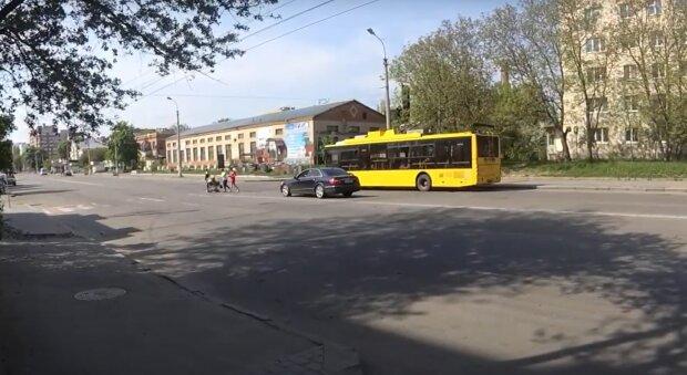 """В Хмельницком жалуются на """"парализованные"""" троллейбусы, на работу не добраться - прости, шеф"""