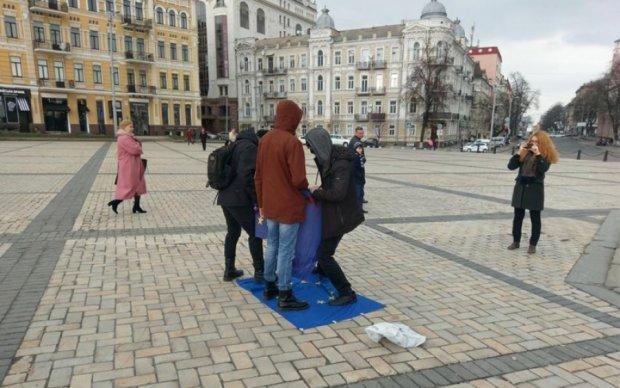 Мини-провокация: в центре Киева вытерли ноги о флаг ЕС