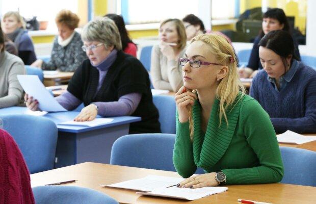Вчителі б'ють на сполох через шкільну реформу: хто ризикує залишитися без надбавок