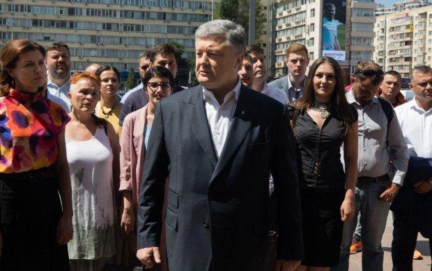 """Порошенко поздравил украинских воинов путинскими """"Буками"""": странный юмор или помутнение"""