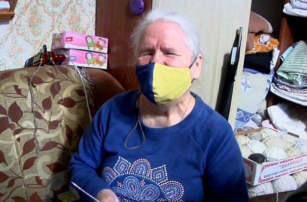 """Незрячая пенсионерка связала носки для тысяч защитников Украины: """"Чтобы сыночки не мерзли"""""""