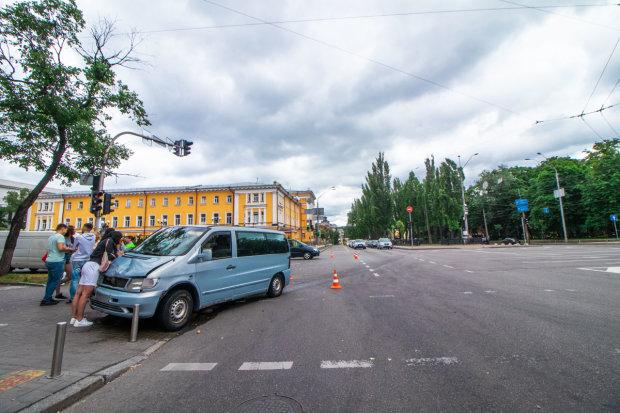 """Зайцева по-київськи: Mercedes влетів у натовп пішоходів, багато """"швидких"""""""
