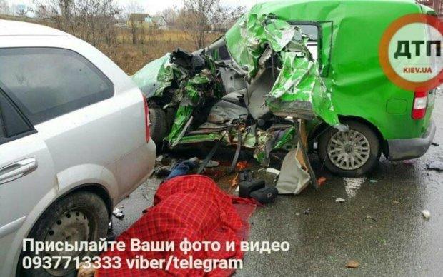 Смертельное ДТП под Киевом: спасатели вырезали тела из груды метала