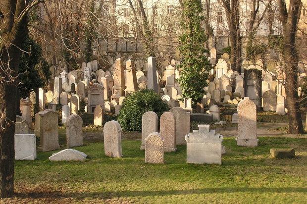 Журналисты показали могилу сына экс-президента: личный священник, охрана круглые сутки