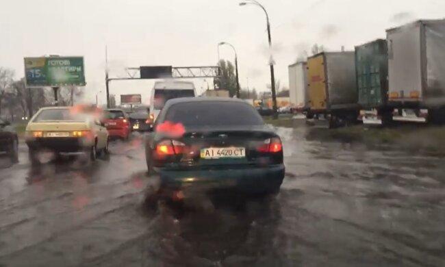 Кидай машину і хапай човен: Київ потопає в погодних примхах, відео з водною стихією потрапили в мережу