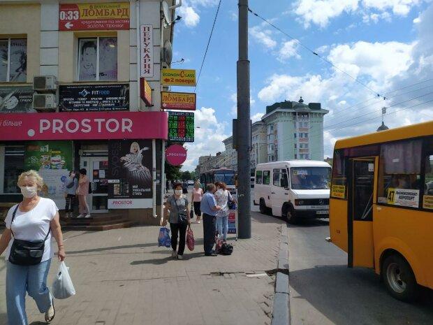 Маленькие украинки показали мастер-класс ленивым коммунальщикам — собирают мусор, не боясь замарать руки