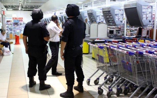 Банда гопників жорстоко побила киянина у магазині, охорона злякалася: відео 18+