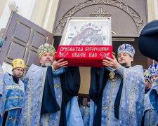 Вандали масово грабують храми УПЦ
