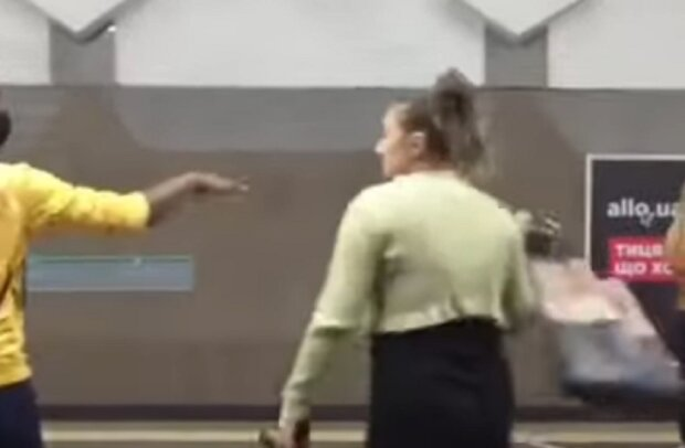 """Осатаніла жінка в метро кинулася на чорношкірого хлопця: """"Перестрілку на слинях влаштували"""""""