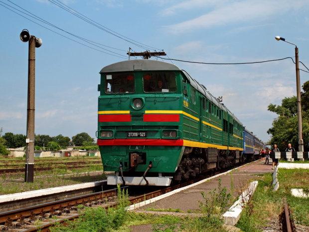 Львівські медики ледве не посивіли: поїзд перетворив машину на криваве місиво, нещасний загинув страшною смертю