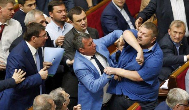 В Раде президентская фракция и радикалы устроили драку (видео)