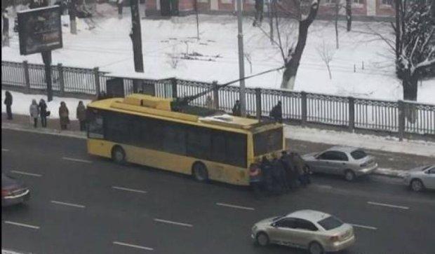 Кияни самостійно штовхали застряглий тролейбус (фото)